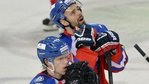 Zklamaní hráči pražského Lva Nicklas Danielsson (vpředu) a Jakub Klepiš po prohraném utkání a vyřazení z play-off KHL.