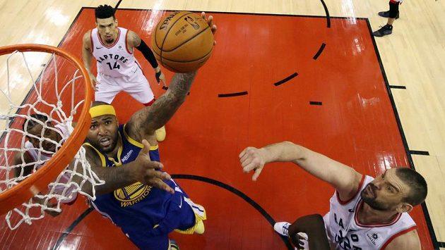 Basketbalista Golden State Warriors DeMarcus Cousins zakončuje akci ve druhém finále play off NBA v Torontu.