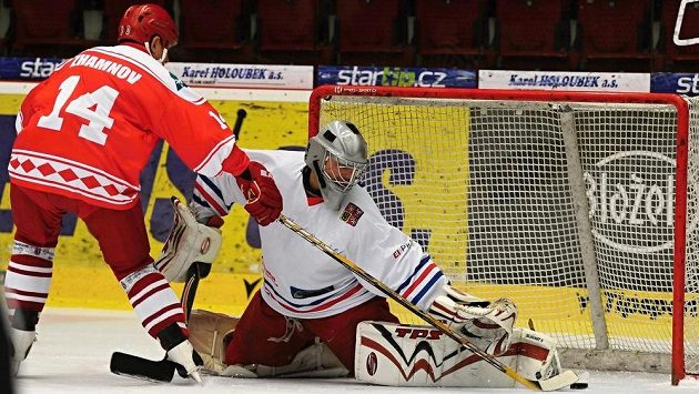 Ruský útočník Alexej Žamnov dává v utkání hokejových legend rozhodující gól, v brance Marcel Kučera z ČR.