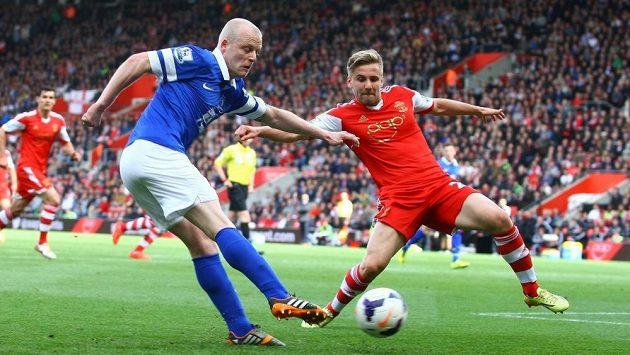 Steven Naismith (vlevo) z Evertonu centruje, brání mu bývalý hráč Southamptonu Luke Shaw.
