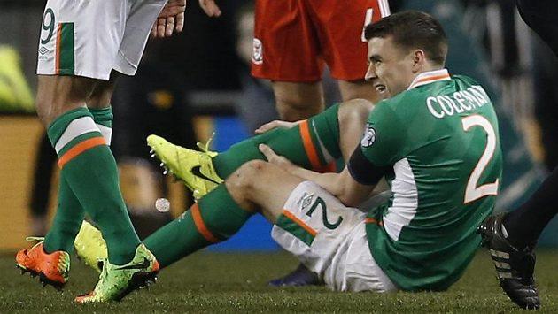 Seamus Coleman se zraněnou nohou po zákroku Taylora během utkání s Walesem
