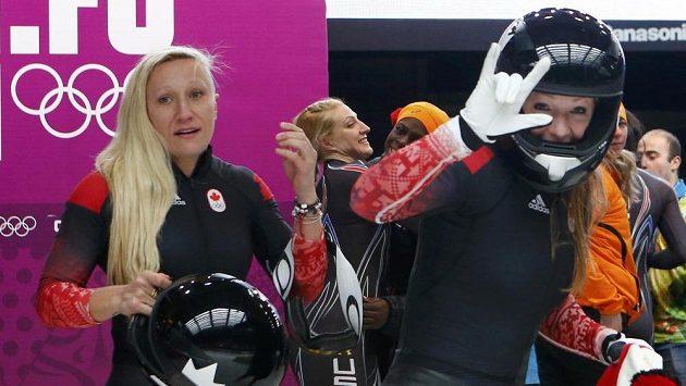 Kanadská pilotka Kaillie Humphriesová mohla jásat po triumfu v olympijském závodě dvojbobů se spolujezdkyní Heather Moyseovou (vpravo).