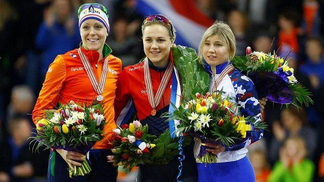 Stupně vítězů ženského sprinterského čtyřboje: Zleva bronzová Nizozemka Ter Morsová, uprostřed vítězná Češka Erbanová a vpravo stříbrná Ruska Fatkulinová.