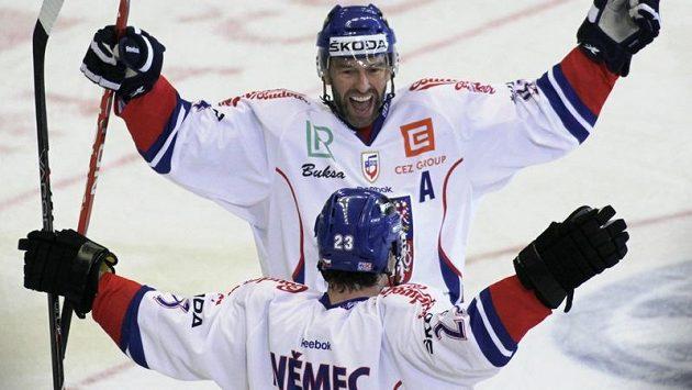 Petr Nedvěd a Ondřej Němec se radují po gólu proti Finsku v sérii EHT.