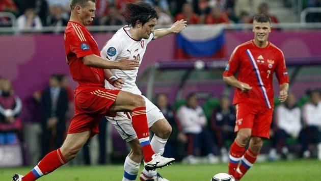 Tomáš Rosický se snaží přejít přes Alexeje Berezuckého během utkání s Ruskem na ME 2012 v Polsku.