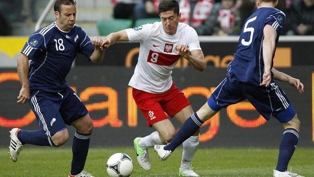 Polák Robert Lewandowski (uprostřed) v souboji s hráči Andorry.