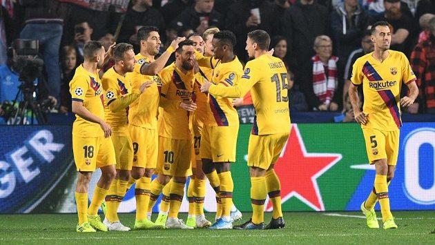 Fotbalisté Barcelony se radují v utkání Ligy mistrů. Ilustrační foto