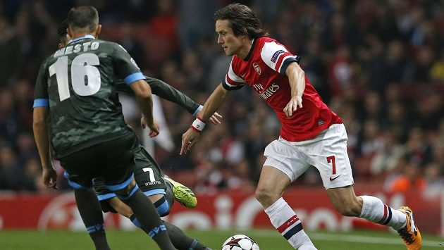 Záložník Arsenalu Tomáš Rosický se snaží projít přes hráče Neapole Giandomenica Mesta ve druhém kole Ligy mistrů.
