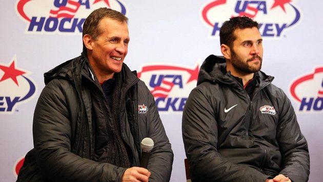 Americký kapitán Brian Gionta (vpravo) a kouč Tony Granato při tiskové konferenci během Winter Classic.