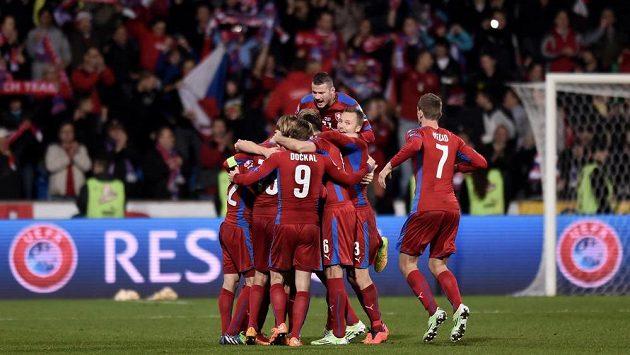 Fotbalisté české reprezentace oslavují vítězství nad Islandem.
