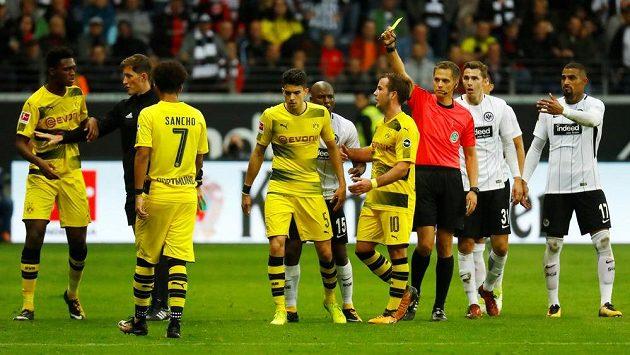 Fotbalisté Dortmundu vedli na hřišti Frankfurtu 2:0, nakonec ale o náskok přišli a brali jen bod za remízu 2:2. Marc Bartra právě vidí žlutou kartu.