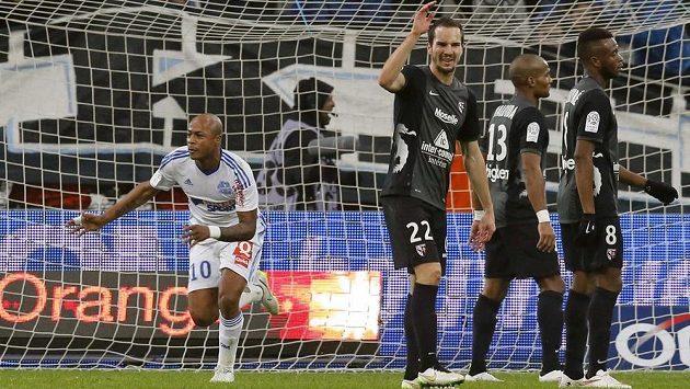 André Ayew (vlevo) z Marseille slaví svůj gól v duelu s FC Mety.
