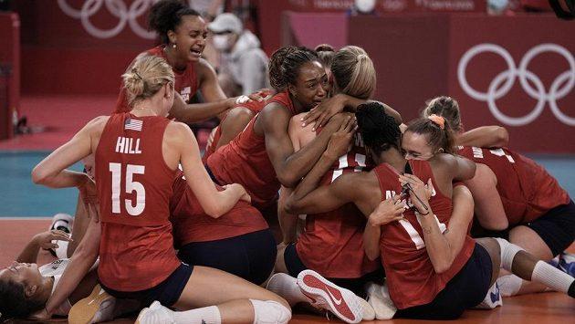Americké volejbalistky se radují ze zisku zlaté medaile na olympiádě v Tokiu.