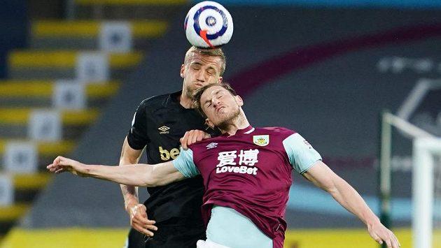 Tomáš Souček (vzadu) z West Hamu a Chris Wood z Burnley.