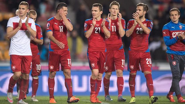 Fotbalisté české reprezentace po prohře v utkání kvalifikace ME 2016 s Tureckem.