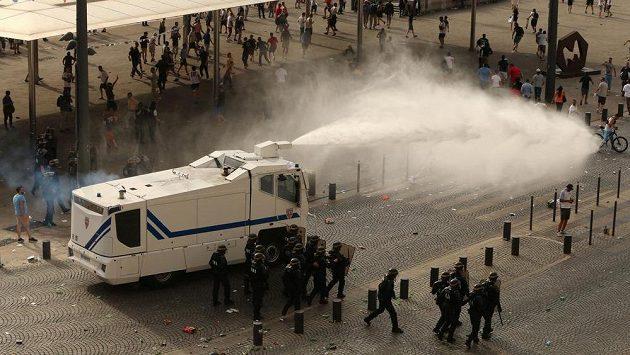 Policie si pomáhala vodními děly. Ilustrační snímek.