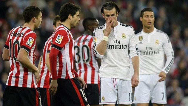 Rozpačité hvězdy Realu Madrid Gareth Bale (druhý zprava) a Cristiano Ronaldo (vpravo) během ligového utkání proti Bilbau.