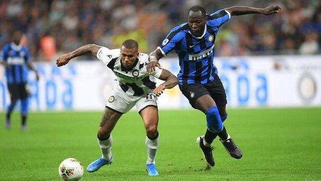 Útočník Interu Romelu Lukaku (vpravo) v utkání proti Udine.