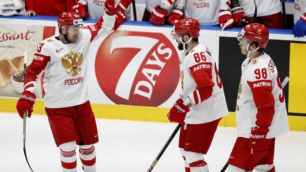 Nikita Kučerov oslavuje se spoluhráči gól vstřelený Švýcarům.