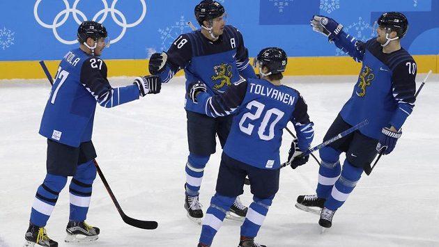 Hokejisté Finska slaví gól v utkání olympijského turnaje s Německem.