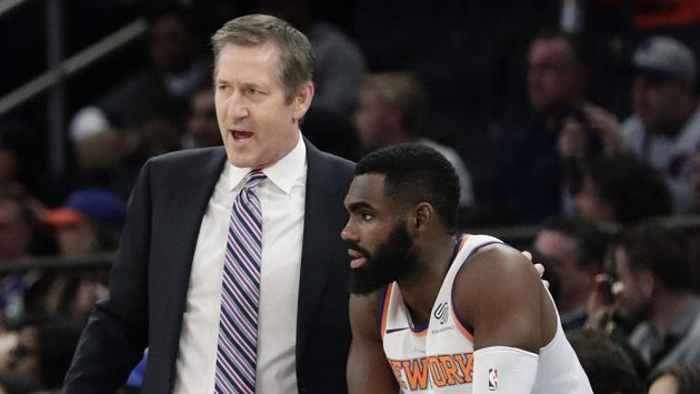 Kouč New York Knicks Jeff Hornacek a Tim Hardaway Jr. při utkání s Miami.