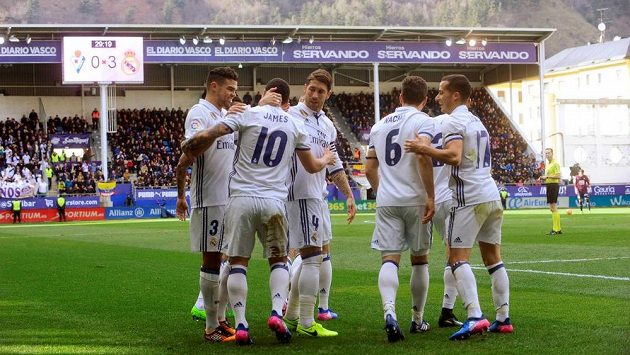 Radost hráčů Realu Madrid z gólu na hřišti Eibaru.
