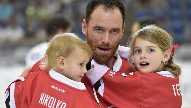 Martin Havlát s dcerami Nikolkou a Terezkou.