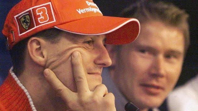 Michael Schumacher a Mika Häkkinen (v pozadí) na snímku z roku 2000 před Velkou cenou Evropy na Nürburgringu.