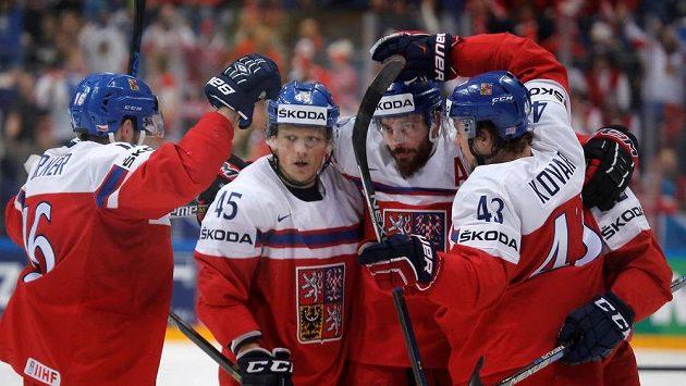Čeští hokejisté se radují z gólu proti Švýcarsku v zápase MS.