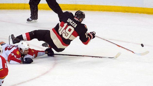 Kapitán Ottawy Senators Jason Spezza v duelu s Floridou.