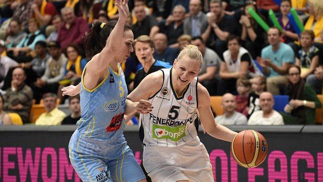 Basketbalistka USK Praha Sonja Petrovičová (vlevo) brání Agnieszku Bibrzyckou z Fenerbahce - ilustrační snímek.