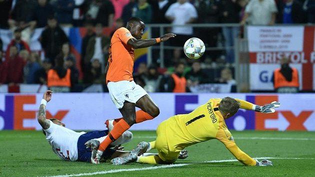 Quincy Promes (uprostřed) překonává anglického brankáře Jordana Pickforda a střílí v prodloužení třetí gól Nizozemců v semifinále Ligy národů.