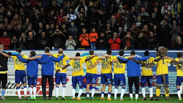 Hráči Teplic oslavují s fanoušky vítězství.