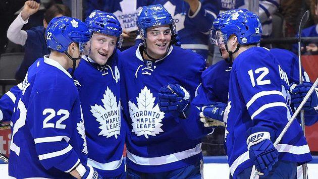 Hokejisté Toronta, zejména Auston Matthews (druhý zprava) se ve vybraných událostech objevil celkem dvakrát.