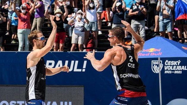 Čeští beachvolejbalisté David Schweiner (vpravo) s Ondřejem Perušičem v semifinále turnaje v Ostravě.