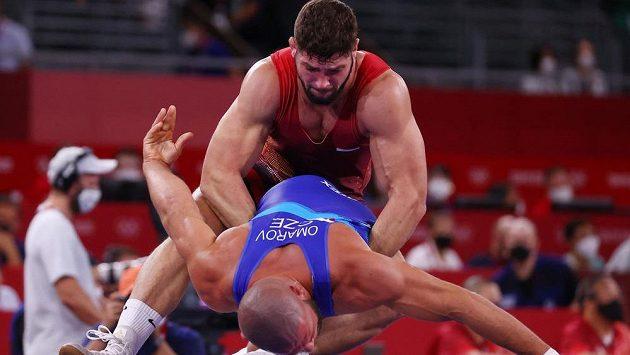 Maďar Gergo Szoke (nahoře) bojuje s českým zápasníkem Arturem Omarovem v prvním kole řecko-římského zápasu do 97 kg na OH v Tokiu.