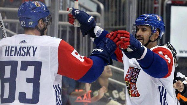 Tomáš Plekanec a Aleš Hemský v přípravném zápase proti Výběru Severní Ameriky.