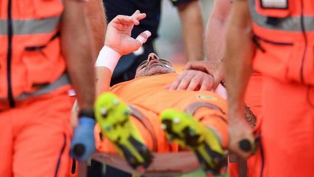 Stefano Sorrentino po souboji s Cristianem Ronaldem opouští hřiště na nosítkách.