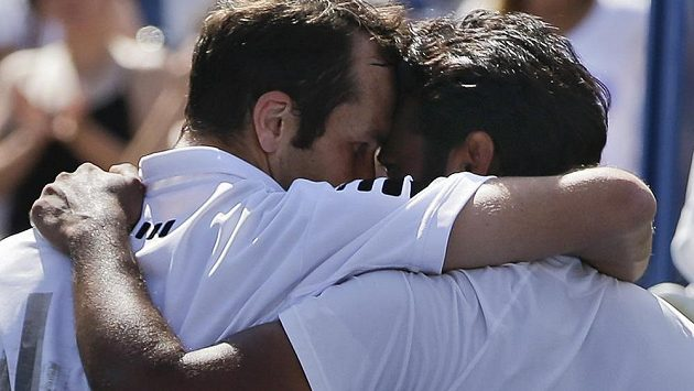 Radost Radka Štěpánka (vlevo) a Leandra Paese po triumfu ve finále čtyřhry na US Open.