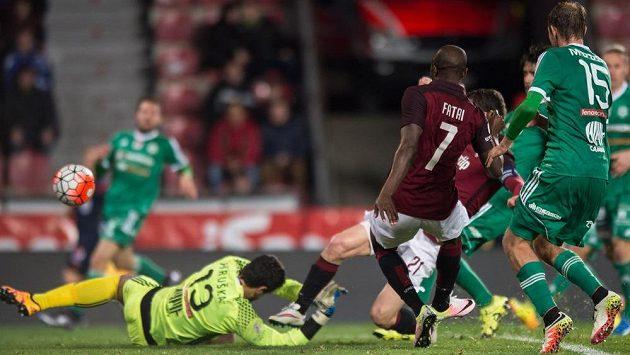 Sparťanský útočník David Lafata (č. 21) střílí gól proti Příbrami v utkání 24. kola Synot ligy. Vlevo je brankář Aleš Hruška, přihlíží Kehinde Fatai.