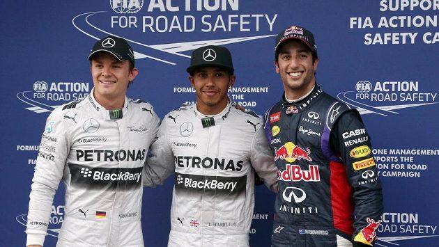 Elitní trojka kvalifikace na premiérový závod sezóny formule 1 v australském Melbourne - vítěz Lewis Hamilton (uprostřed) a třetí Nico Rosberg (vlevo) ze stáje Mercedes a úspěšný premiant v kokpitu red bullu Daniel Ricciardo, který si vyjel druhé místo na startovním roštu.