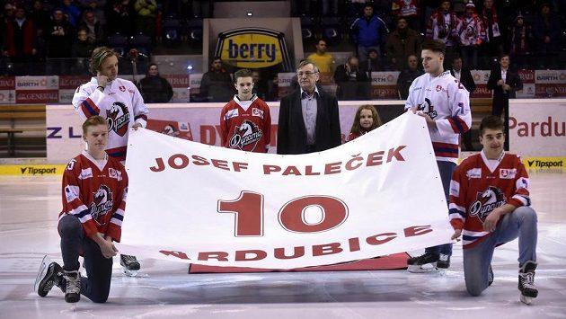 Před zahájením duelu Pardubice - Karlovy Vary východočeský klub slavnostně vyřadil dres Josefa Palečka s číslem 10.