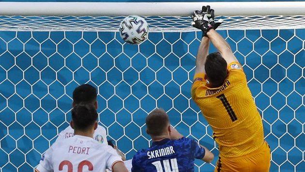 Tato pozice gólmana Martina Dúbravky z inkriminované gólové situace se na internetu stala terčem vtípků