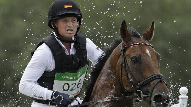 Michael Jung z Německa na koni Sam v soutěži všestrannosti.