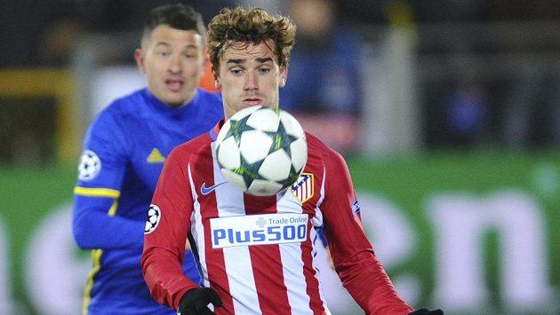 Útočník Atlétika Madrid Antoine Griezmann (vpředu) v zápase Ligy mistrů proti Rostovu.