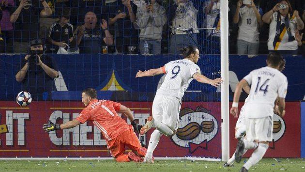 Zlatan Ibrahimovič slaví proměněnou penaltu, kterou provedl ve stylu Antonína Panenky v zápase mezi LA Galaxy a Portlandem Timbers. Ilustrační foto.