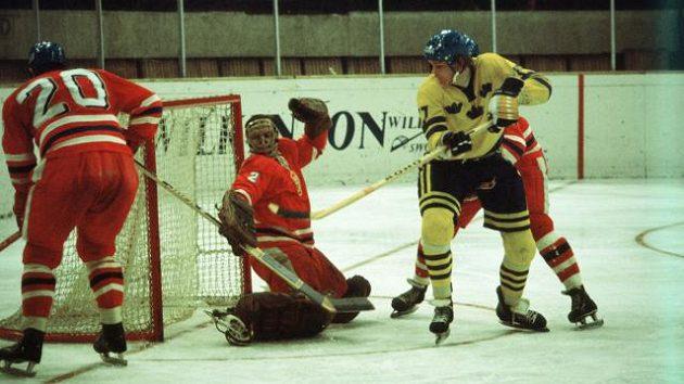 Jiří Holeček střeží branku při utkání se Švédy na MS v Katovicích 1976.