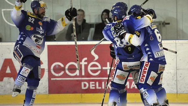 Hokejisté Brna oslavují jednu z branek proti Spartě