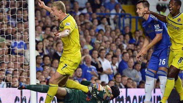 Pavel Pogrebňak z Readingu (vlevo) oslavuje branku v brance Chelsea poté, co Petr Čech (dole) neudržel přímý kop Dannyho Guthrieho.