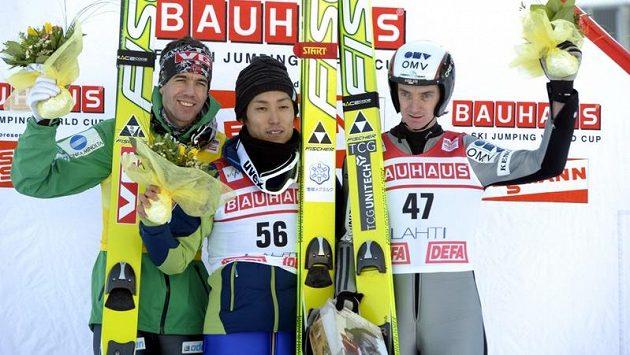 Lukáš Hlava (vlevo), Anders Bardal a Daiki Ito na stupních vítěz§ po závodě v Lahti.